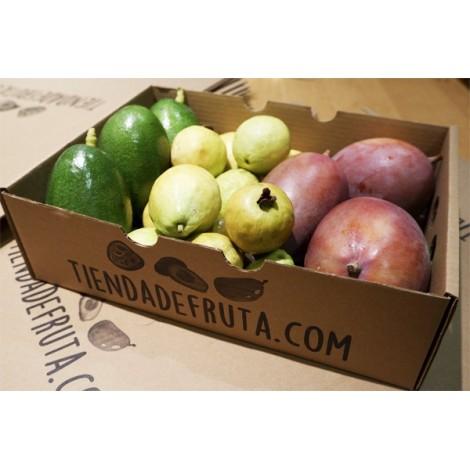 caja de guayabas mangos y aguacate